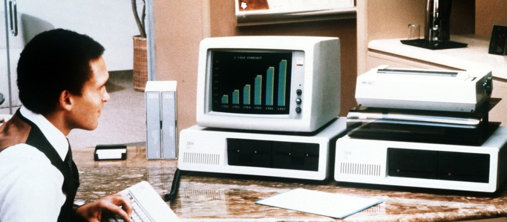 O computador da IBM era um remendo de chapa e metais baratos que poderia ser feito em qualquer espelunca, defende Esslinger.