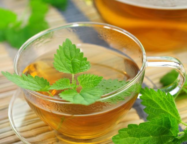 O chá de ervas (como a erva cidreira) com mel, ajudará a acalmar e diminuir o estresse.