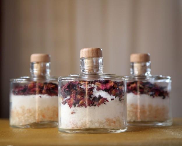 Um bom sal Epsom puxa as toxinas e permite que o corpo absorva minerais.