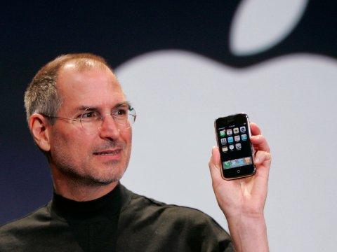 steve-jobs-unveils-first-iphone